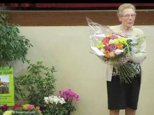 Monique Pinoli a reçu du Conseil Municipal un bouquet composé de 43 roses pour ses 43 ans de dévouement