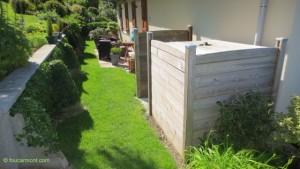 Au premier plan, une réserve d'eau (cube de 1 100 L) bien intégrée dans le jardin